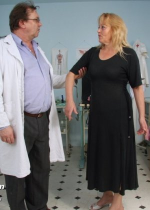 Гинеколог долго рассматривал пизду пожилой женщины