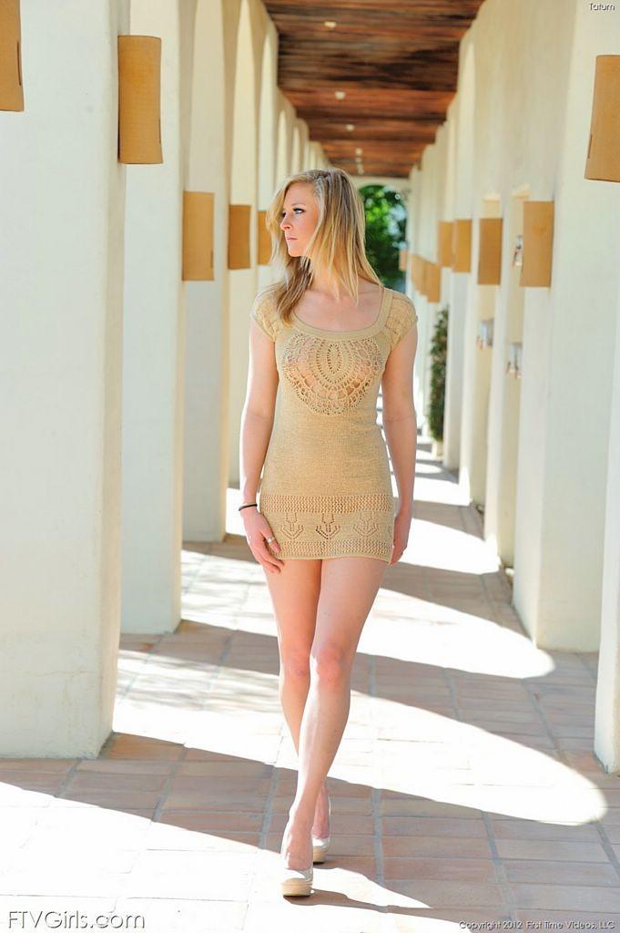 Высокая, длинноногая блондинка показывает пизду из под платья