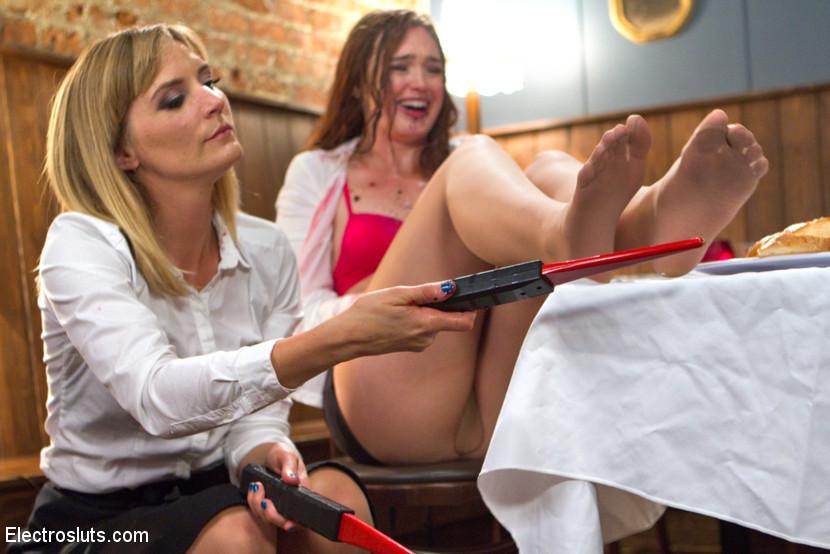 Строгая женщина возмущена обслуживанием официантки