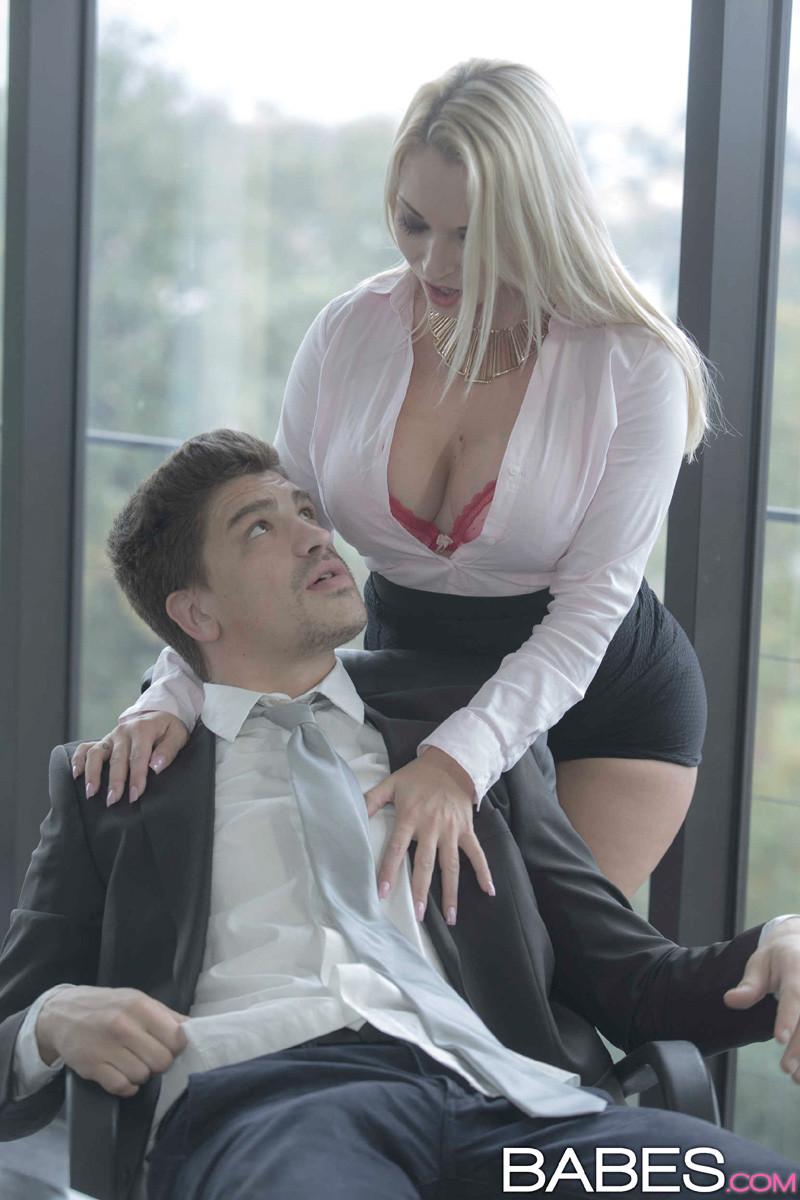 Виктория соблазнила босса задрав юбку и раздвинув ножки