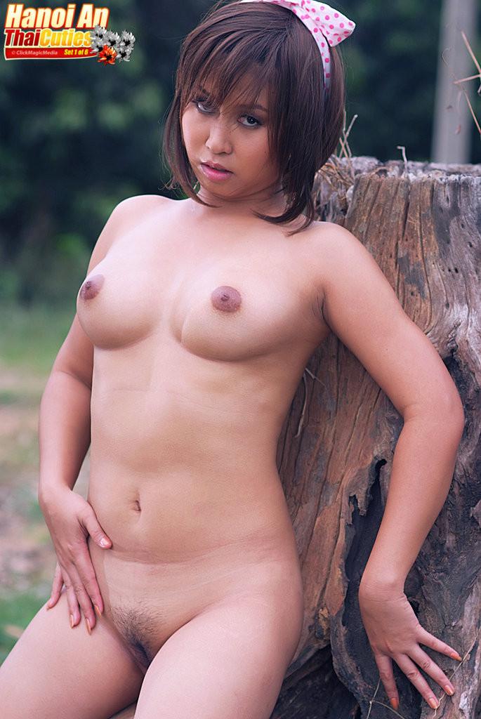 Обнаженное соло вьетнамки в лесу