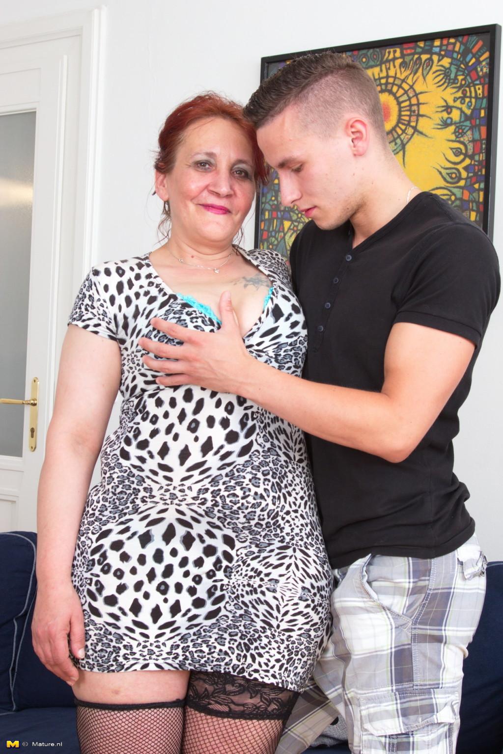 Пожилая рыжая домохозяйка и молодой любовник