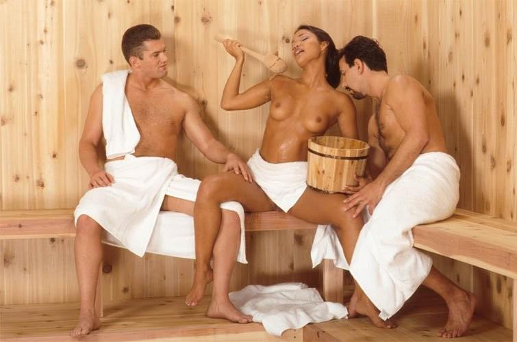 Латинка ебется в сауне с двумя мужчинами
