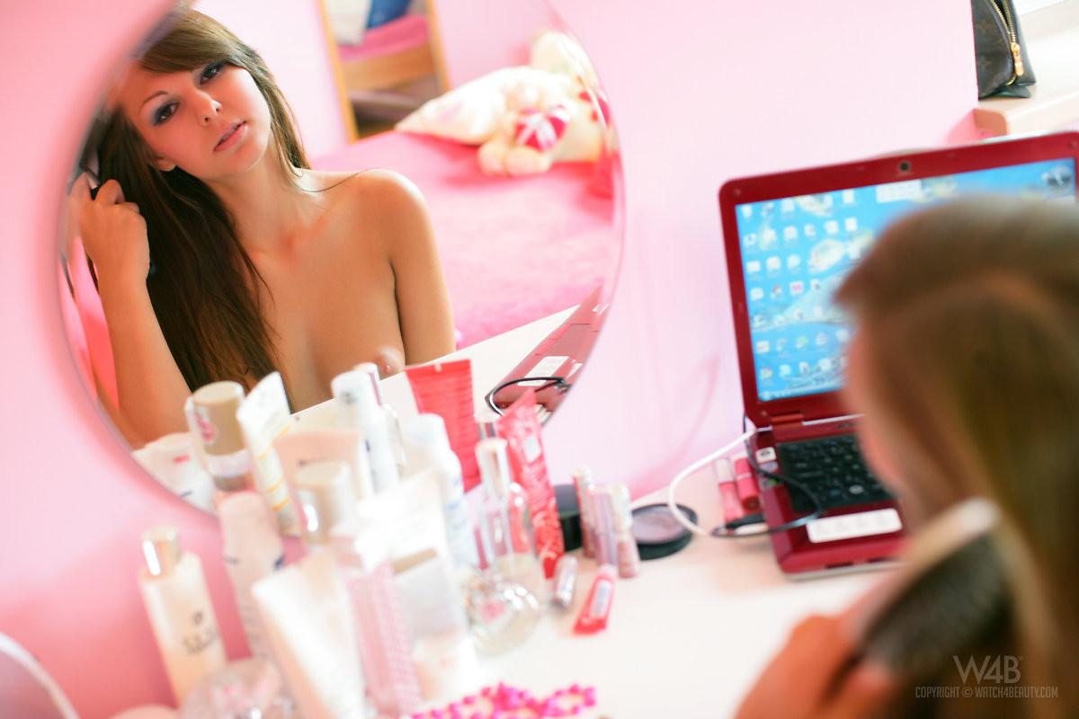 Обнаженная Кенди в своей розовой комнате
