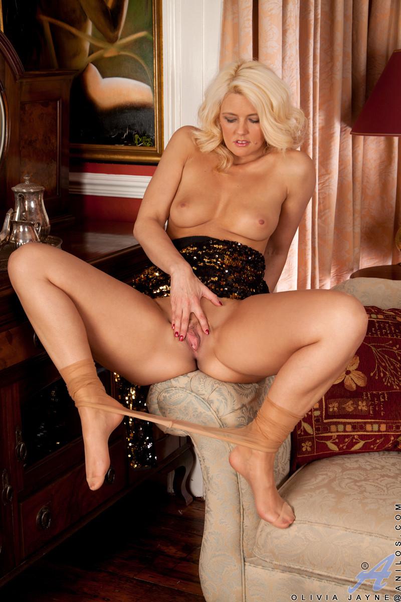 Роскошная женщина показала свою чистую пизду