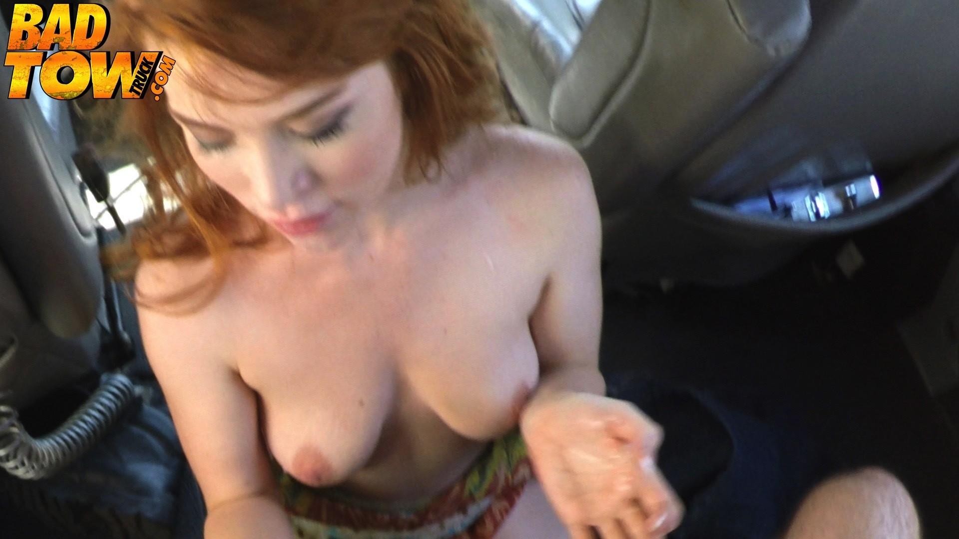 Рыжая блядь пососала в машине