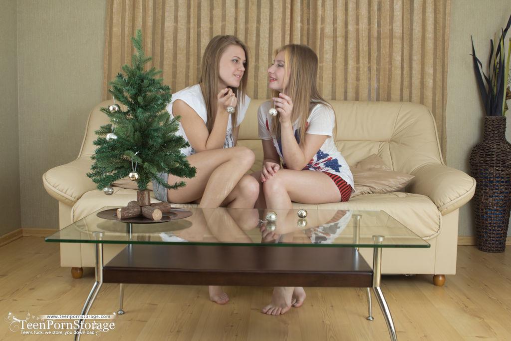 Подружки с красивыми телами расслабились на диване