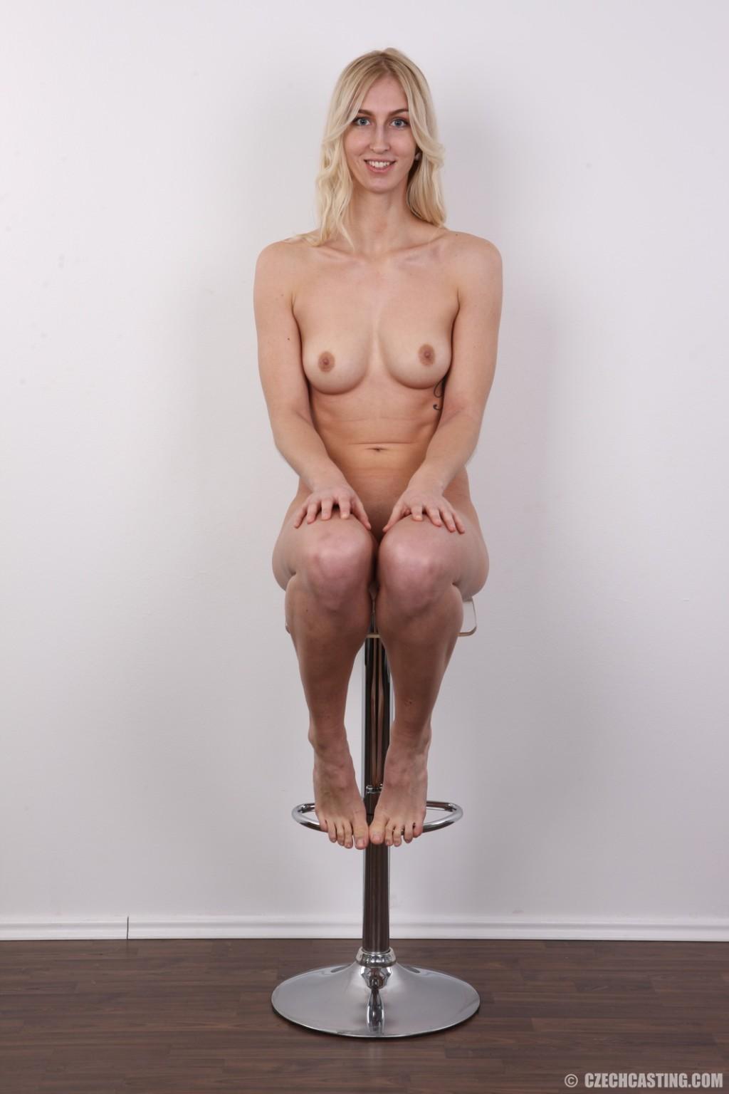 Высокая девушка стоит голая на порнокастинге