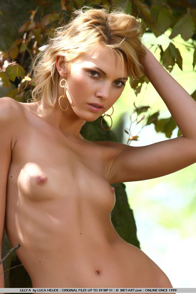 Голая Лилли в лесу