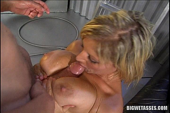 Засунул в жопу намазанной маслом блондинке
