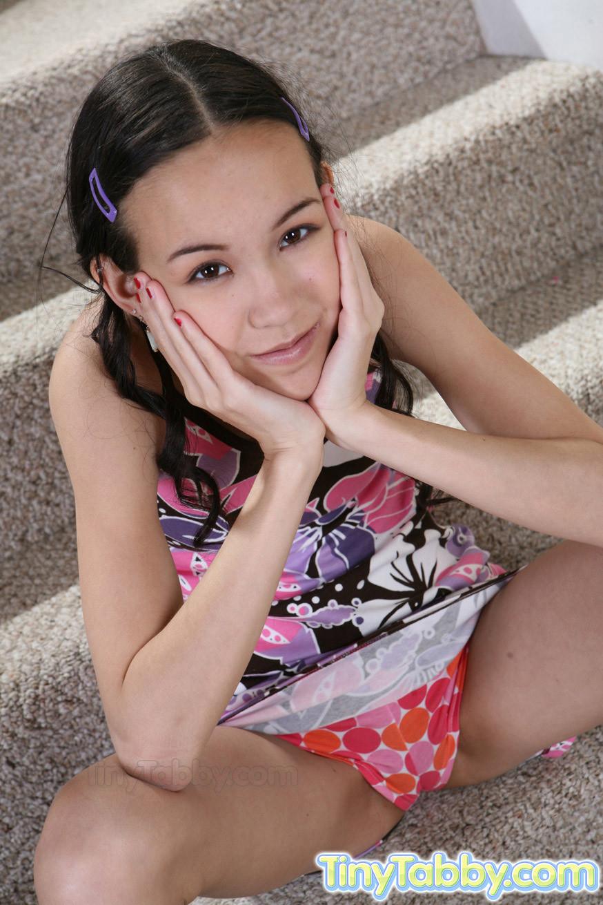 Плоская азиатка Амаи Лиу оголила верх