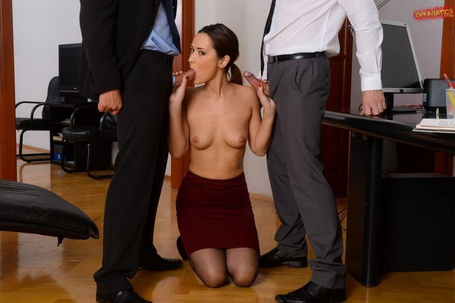 сосет у босса под столом порно будешь