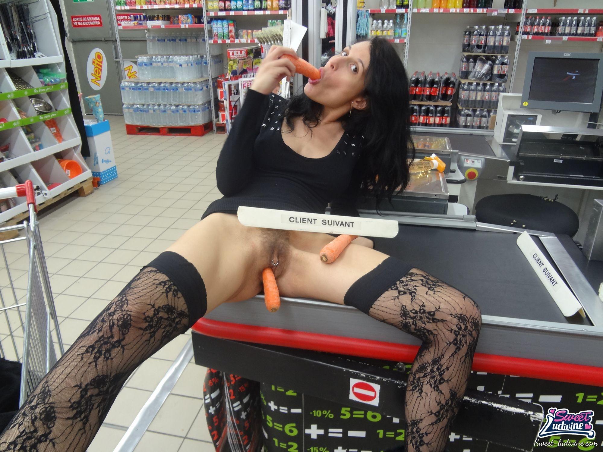 курила затянувшись, смотреть онлайн красотка мастурбирует в супермаркете вам попадется