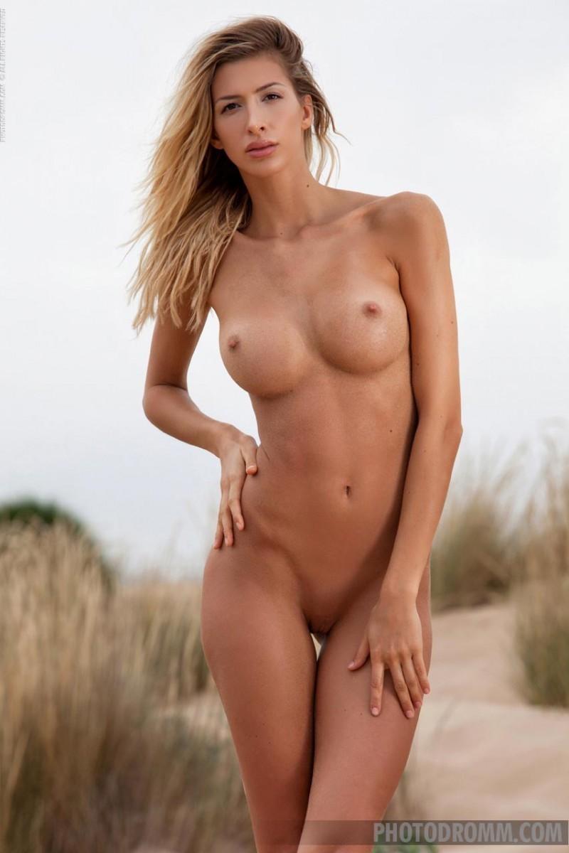 Высокая гламурная модель в пустыне