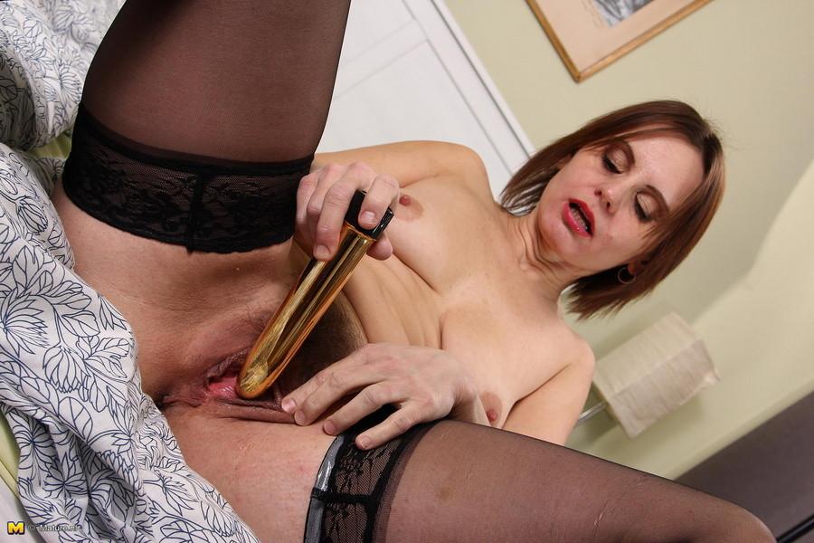Возбужденная домохозяйка играет со своей волосатой киской