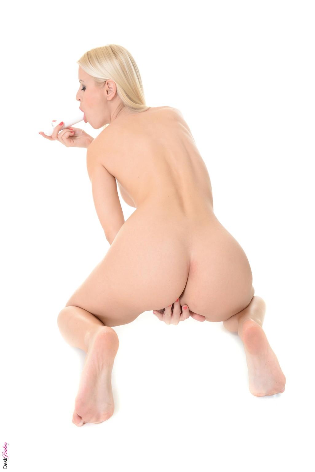 Стриптиз и мастурбация блондинки Линны
