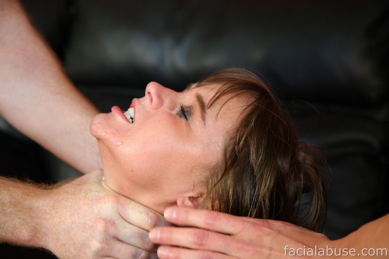 После глубокого минета телка получила свою порцию спермы на лицо