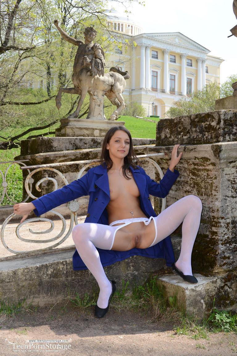 Русская девушка в белых чулках без трусиков раздвигает ножки на улице