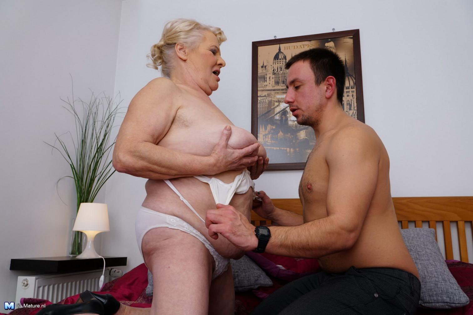 фоне разговоров порнуха старушки зажигают страховкой