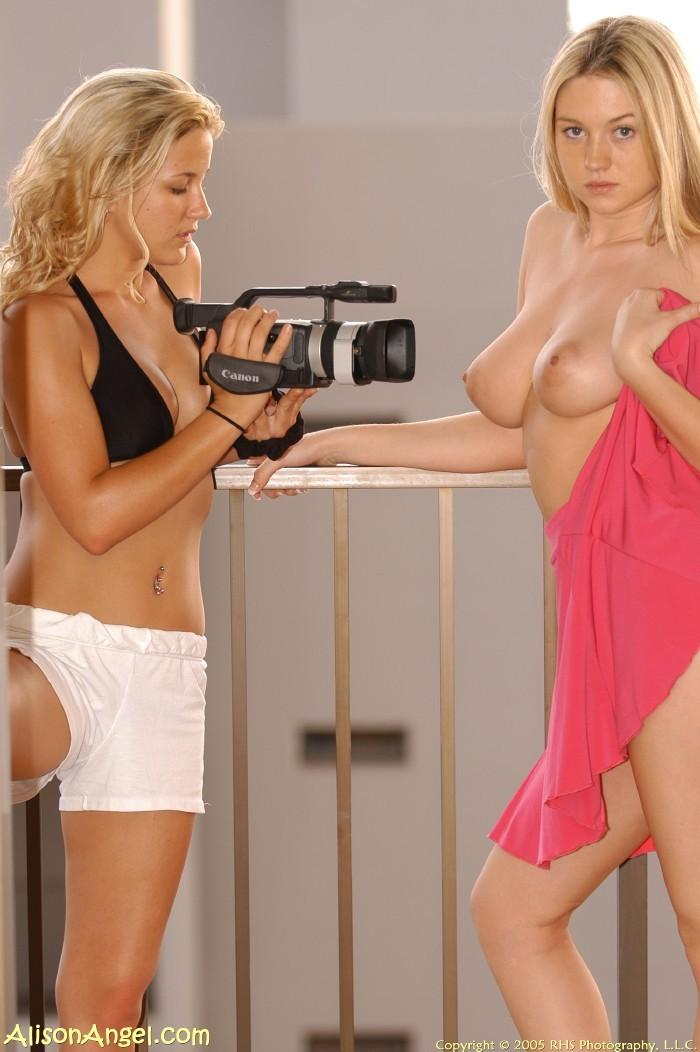 Подружка снимает как милая Элисон обнажается и даже засовывает расческу во влагалище
