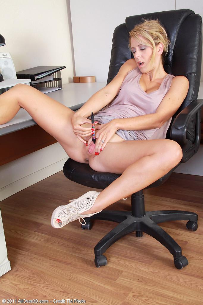 пробираясь смотреть порно мастурбирующих секретарш того, что