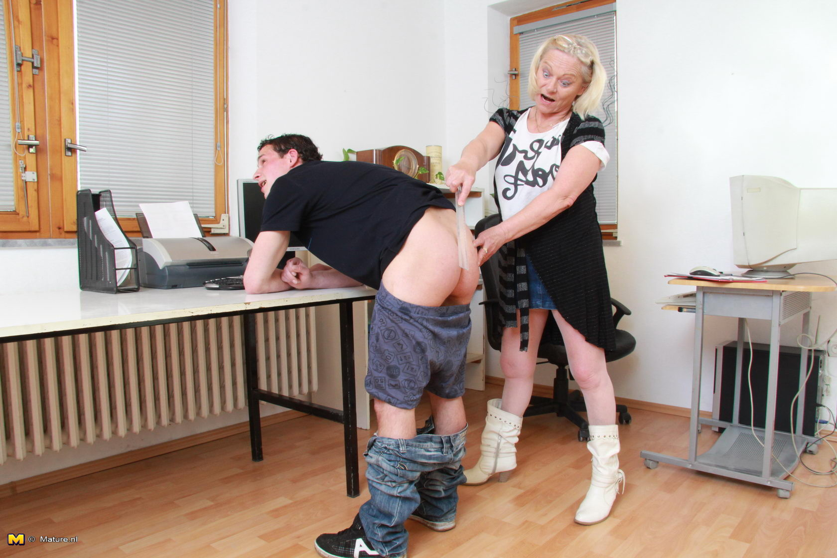 Пожилая блондинка соблазнила молодого студента