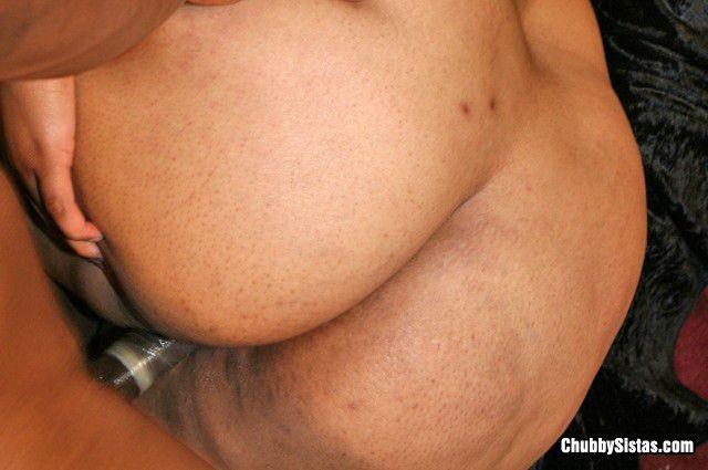 Стройный негр ебет толстожопую негритянку