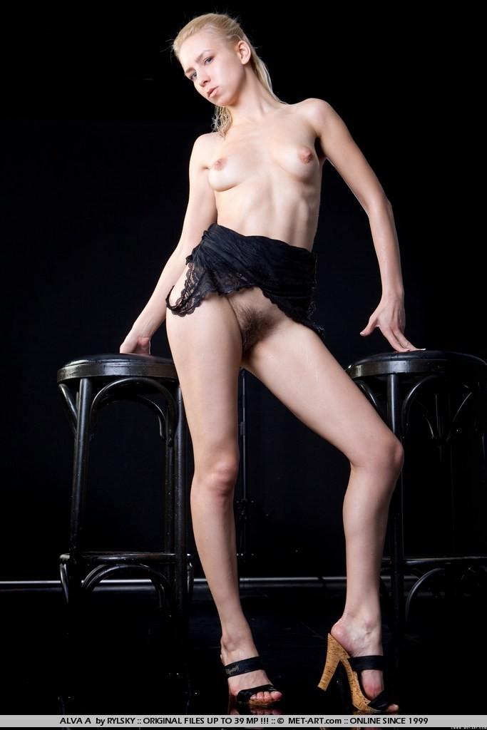 Лохматая пизда и влажная попка молодой модели