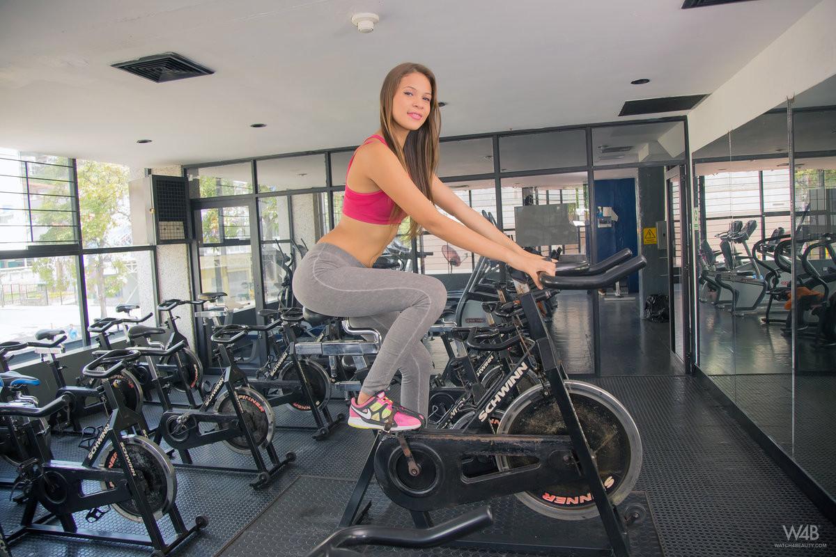 Кира Лоренс обнажается в спортзале