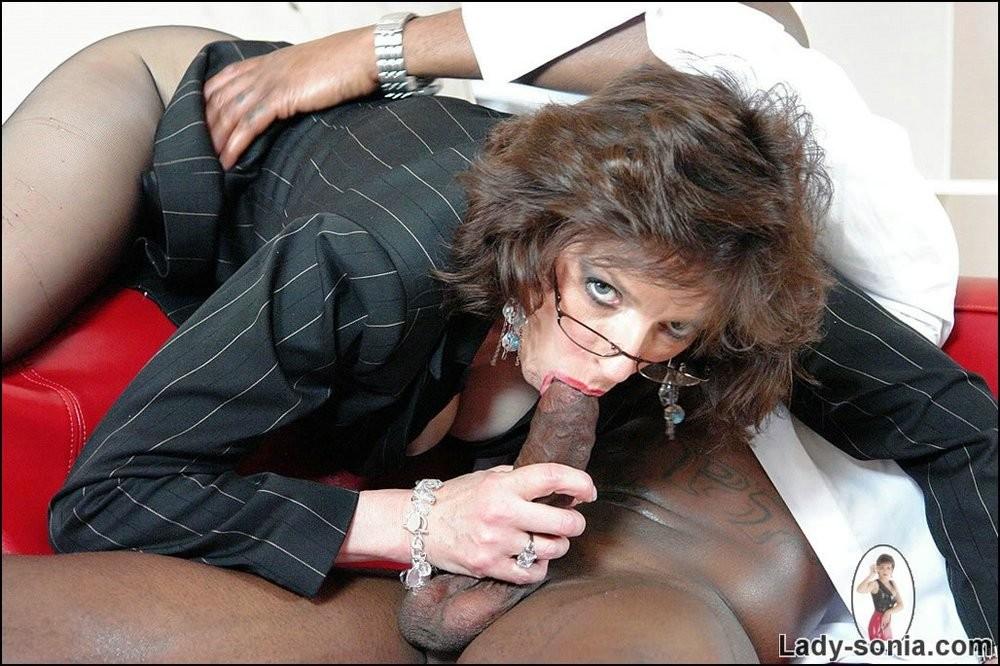Зрелая мадам любит черные хуи смотреть онлайн