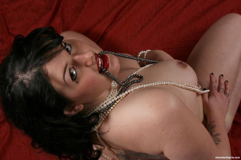 Мисс Эшли в жемчужном ожерелье и ни в чем более