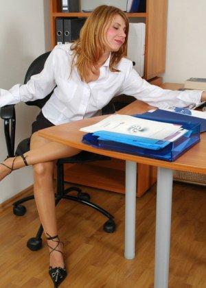 Алиса отдалась коллеге по работе, прямо на рабочем столе. Причем не снимая колготок