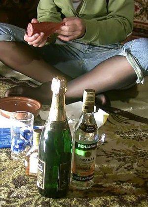 Пьяная брюнетка согласилась на секс