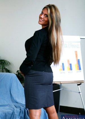 Женщина знает как получить работу секретаршей