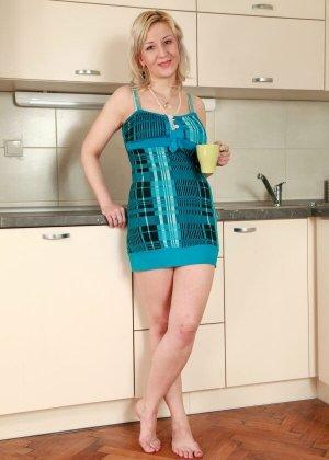 Грудастая зрелая блондинка Бренда оголилась на кухне