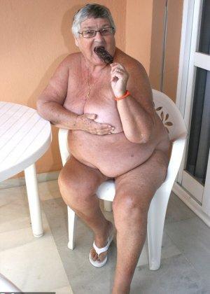 Толстая бабка кушает шоколад на балконе