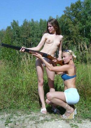 Две девахи на охоте