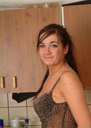 Пьяная подружка мастурбирует на кухне