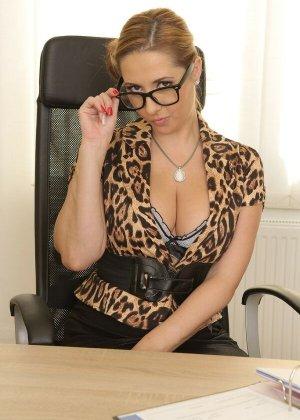 Роскошная секретарша Дарья оголяется на работе
