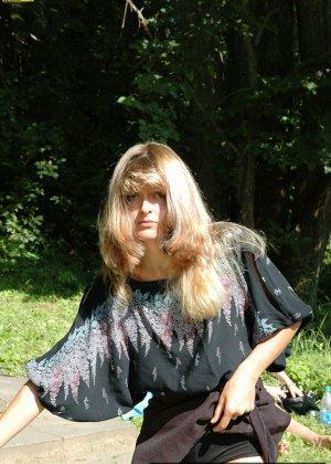 Женщина обоссала лавочку в парке