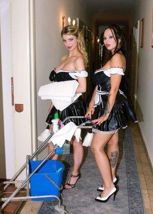 Горничные в гостинице занимаются со скуки лесби сексом