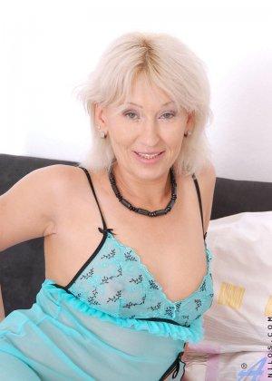 Пожилая блондинка Саманта мастурбирует гигантским дилдо