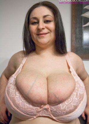 Гигантская натуральная грудь зрелой Элис