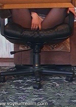 Под столом сотрудницы офиса