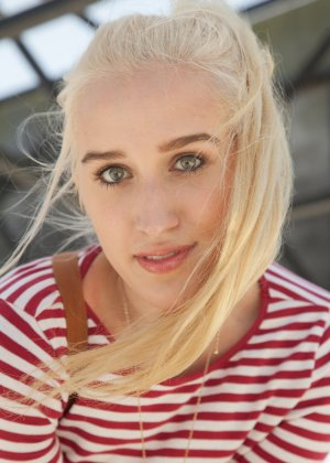 Блондинка показывает трусики на улице
