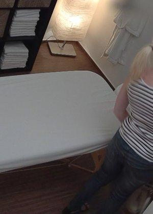 Блондинка случайно раздвинула ноги перед массажистом