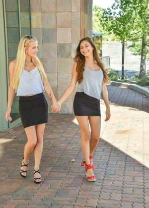 Две симпатичные девки без комплексов