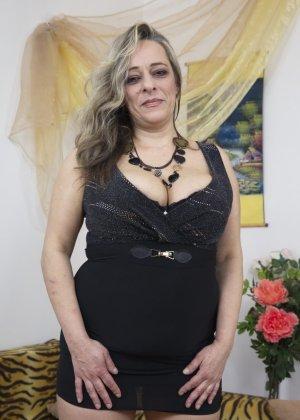 Грудастая зрелая леди пытается эротично позировать