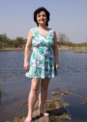 Пожилая Сандра обнажила свои волосатые прелести на берегу озера