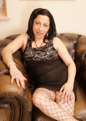 Зрелая домохозяйка хочет заманить кого-нибудь в свою постель